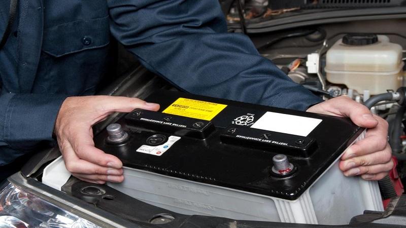 خالی بودن باتری می تواند باعث عدم استارت خوردن و روشن شدن خودرو گردد روشن نشدن خودرو علل روشن نشدن خودرو هنگام صبح replacing car battery1