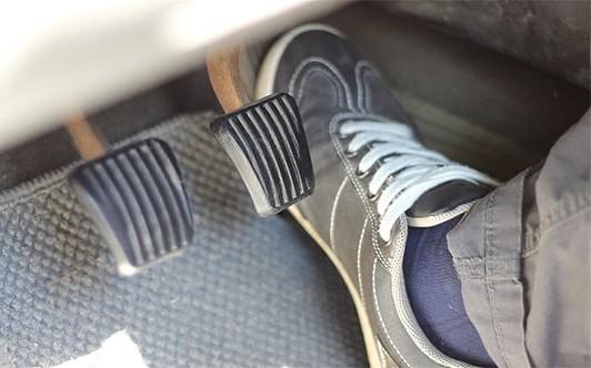 گاز دادن تا انتها وقتی که سرعت دور موتور پایین است خودروی دنده ای عادتهای بد هنگام رانندگی با خودروهای دنده دستی A20180823105659476