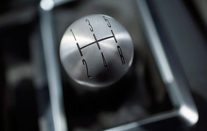 استفاده از دندهی نامتناسب با سرعت خودروی دنده ای عادتهای بد هنگام رانندگی با خودروهای دنده دستی C20180823105541180