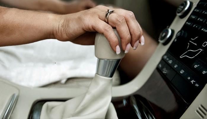 در سیستم انتقال قدرت تنها شی قابل مشاهده دسته دنده است، اتفاقاتی که درون جعبه دنده در حال اتفاق است کاملا بر ما پوشیده است. هنگام تعویض دنده، تیغه انتخابگر که بصورت ثابت درون دنده دستی قرار دارد، به سمت طوقه چرخان هدایت میشود و طوقه به دندهای که قصد انتخاب آن را دارید وارد می شود. استراحت دادن دست روی دسته دنده باعث میشود که تیغه انتخاب گر با طوقه چرخان تماس پیدا کند و این باعث سریعتر خراب شدن تیغه انتخابگر شود. خودروی دنده ای عادتهای بد هنگام رانندگی با خودروهای دنده دستی C20180823105659639