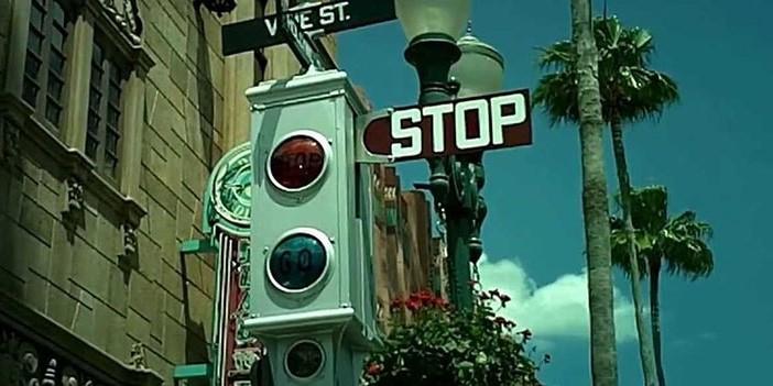 هنگام توقف پشت چراغ قرمز خودرو را در دنده نگه ندارید خودروی دنده ای عادتهای بد هنگام رانندگی با خودروهای دنده دستی D20180823105541257