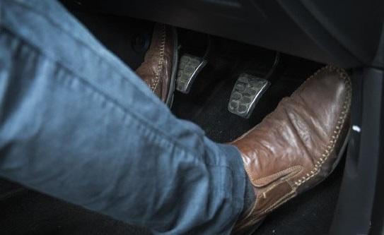 نگه داشتن پا روی کلاچ تعویض دیسک و صفحه کلاچ چه زمانی نیاز است دیسک و صفحه خودرو را تعویض کنیم ؟ E20180823105541333